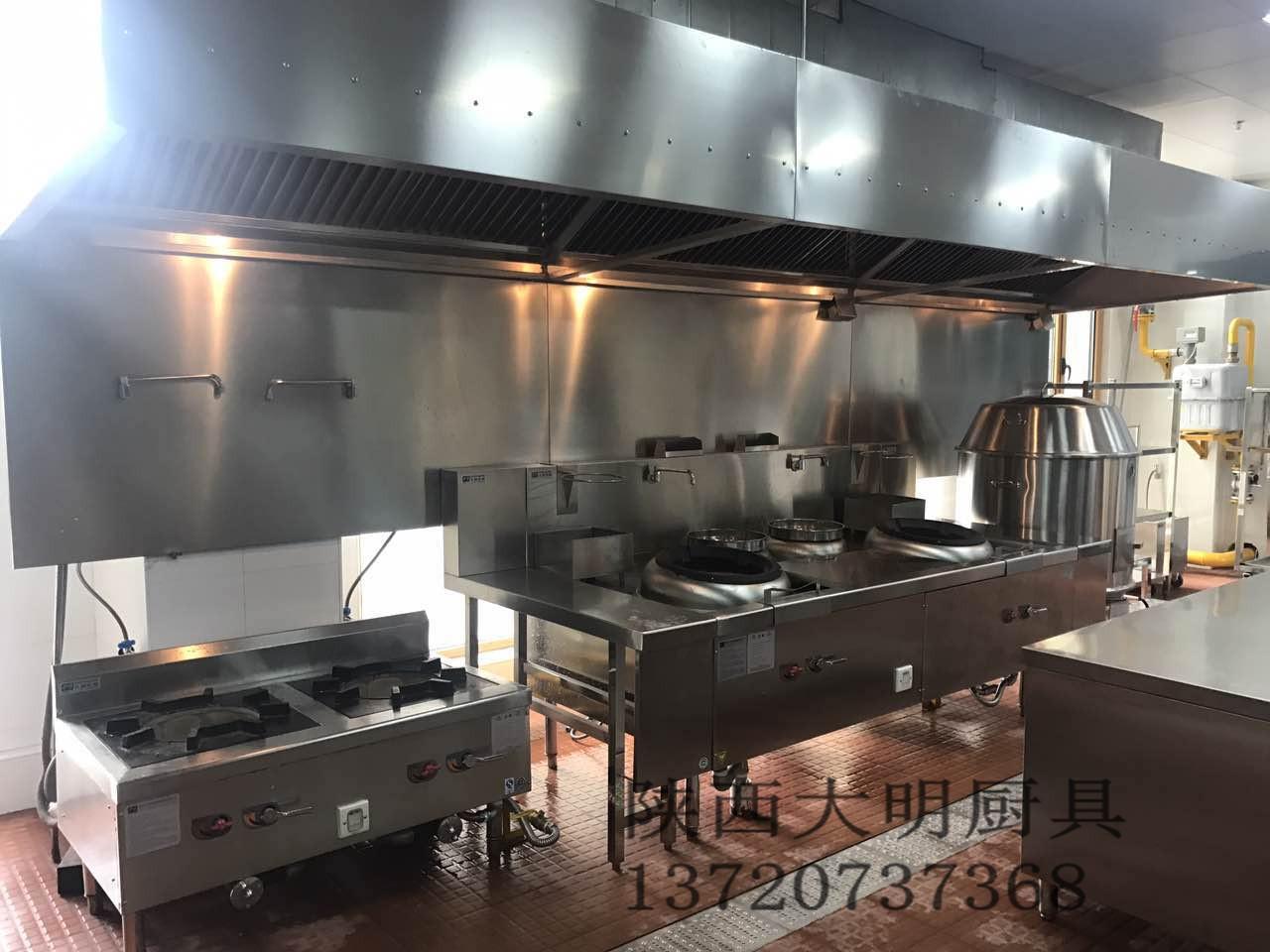 二是不论自家饭店卖什么风味的产品,其食堂厨房设备都选配广式炉灶图片