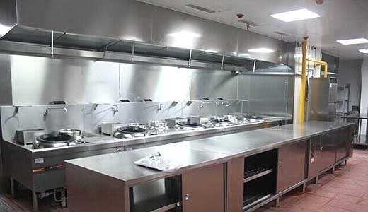厨房是为了满足人们的饮食需要而特定设置用来从事烹饪活动、生产菜肴的场所.商业厨房是指类似餐饮行业的饭店、酒楼、餐厅、工厂、院校、机关单位、部队、医院、企事业单位、火车、轮船的食堂(饭堂)等类型的厨房,该类厨房的生产规模大,能够提供众多顾客同时用餐,由不同功能的工作区域或者小型厨房组合而成.
